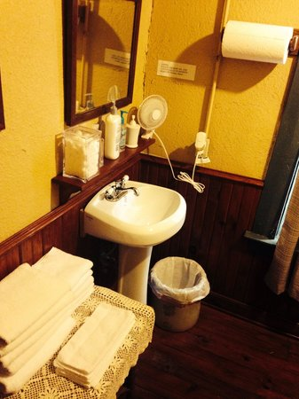 Miss Molly's Bed and Breakfast: Bathroom had clean linens for use