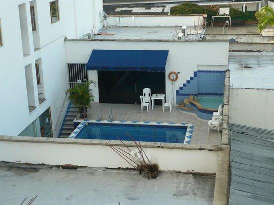 Hotel Alessio : Esta es la piscina compartida con otro hotel. Al fondo esta el bar