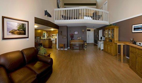 Arcturus Retreat B&B: Enjoy 2 living rooms & dining room