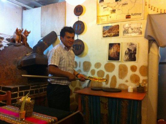 Pizzeria Restaurant Inti Killa: Dante sacando la pizza calientita del horno de Inti Killa :)