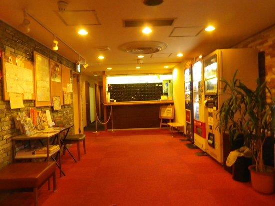 Yuki Hotel : 2階にあるホテルフロントとロビー