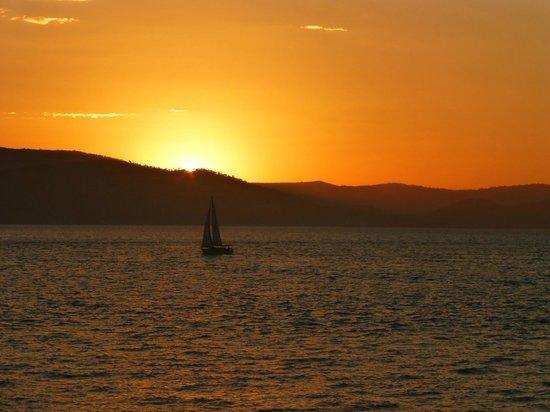 Cruise Whitsundays: Sunset coming back to Airlie