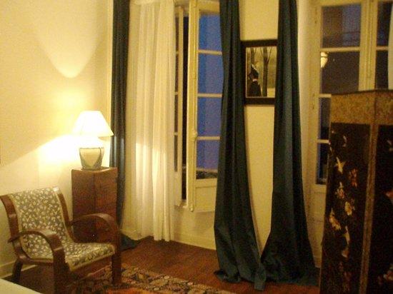 Hotel Le Pavillon: deux grandes fenêtres ouvrant sur la rue trés calme