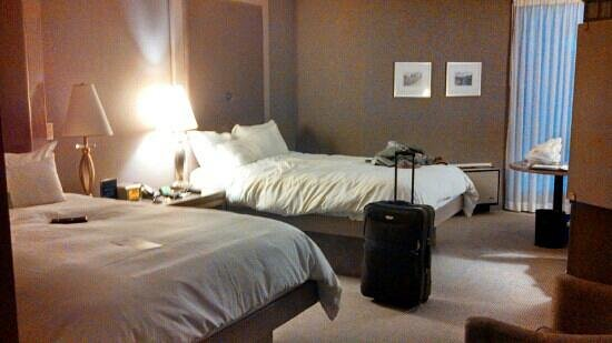 White Oaks Conference Resort & Spa: guest room with two queen beds. very spacious.