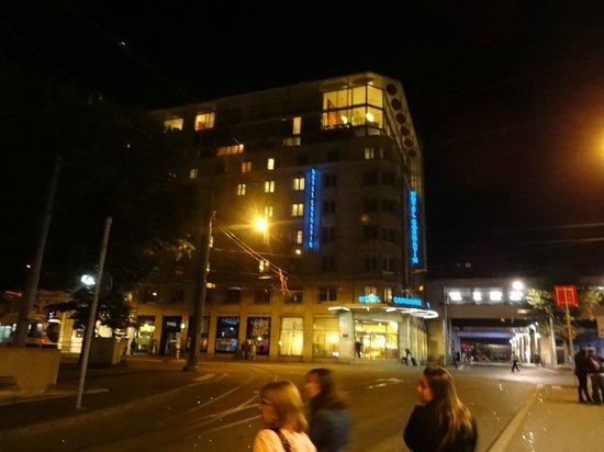 Cornavin Hotel Geneva : Vista Externa do Prédio à Noite