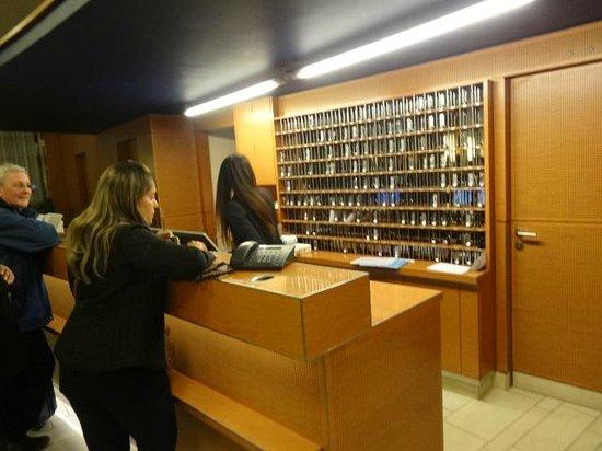 Cornavin Hotel Geneva: A Recepção com o Armario de Chaves ao Fundo