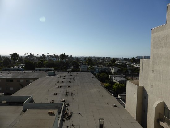 Le Meridien Delfina Santa Monica : Roof of private housing and beyond a beautiful skyline