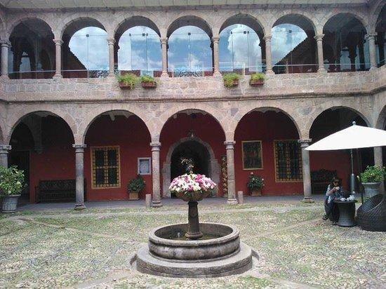 Costa del Sol Ramada Cusco: Patio de adoquines