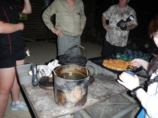 Cairns Night Zoo : 途中のティータイム、ユーカリフレーバーの紅茶とスイーツで一休み