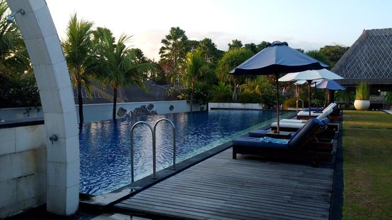 Villa Mahapala: 泳池不大 少人使用 所以也算私人泳池 服務即時 但下午茶很失望 近海灘這是最大好處