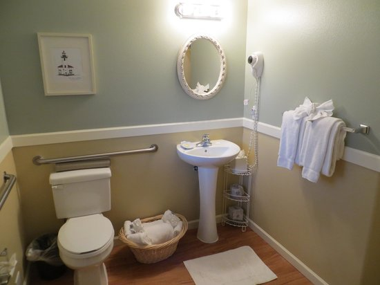 The Lighthouse Inn: Bathroom