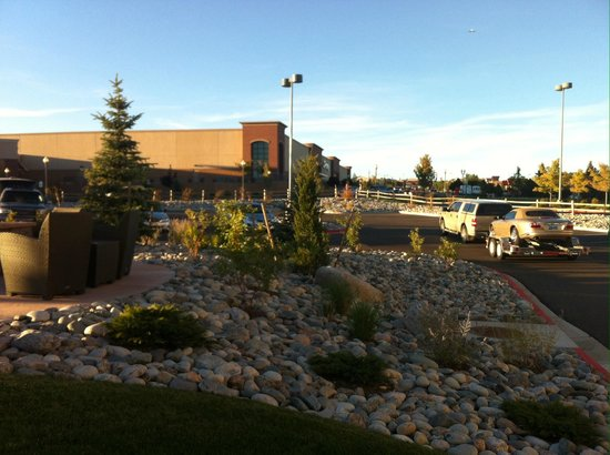 Holiday Inn Express and Suites Colorado Springs First and Main : Outside Firepit and Entrance