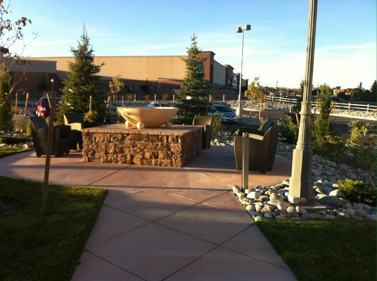 Holiday Inn Express and Suites Colorado Springs First and Main: Outside Firepit and Entrance