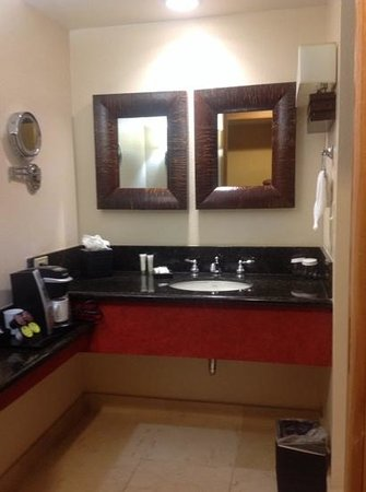 Fountaingrove Inn: good size bathroom, new counters and fixtures
