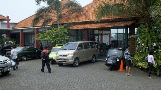 Mojokerto, Indonesia: area parkir depan, disamping toko