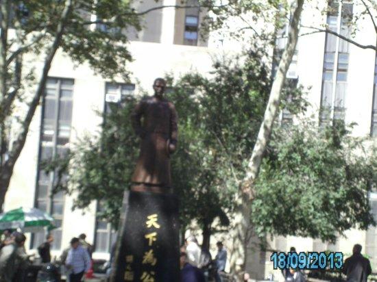 Columbus Park: Statue in the park