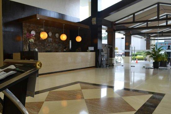 Widus Hotel and Casino: Widus Clark AB -Main Lobby and Reception area
