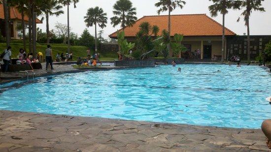 Mojokerto, Indonesia: kolam renang disamping resto
