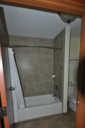 The Cody Hotel: bath in room