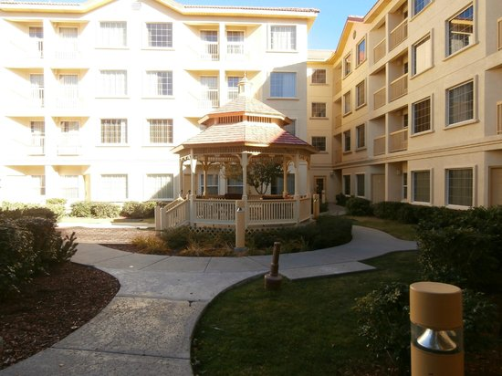 La Quinta Inn & Suites Flagstaff: Courtyard