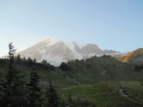 Paradise Inn at Mount Rainier: Sunset walk from the Paradise Lodge