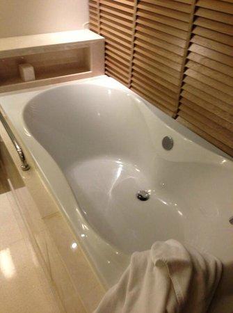 Renaissance Phuket Resort & Spa: Huge bathtub