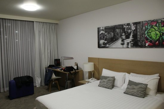 Fraser Place Melbourne: The room itself with reasonable space