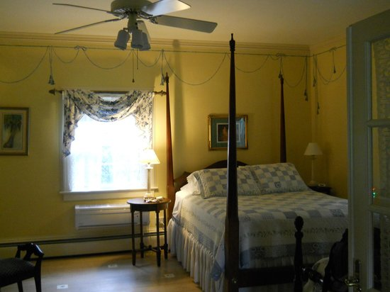 Big Mill Bed and Breakfast: Large, relaxing bedroom