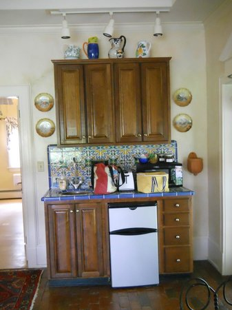 Big Mill Bed and Breakfast: Compact but totally functional kitchenette