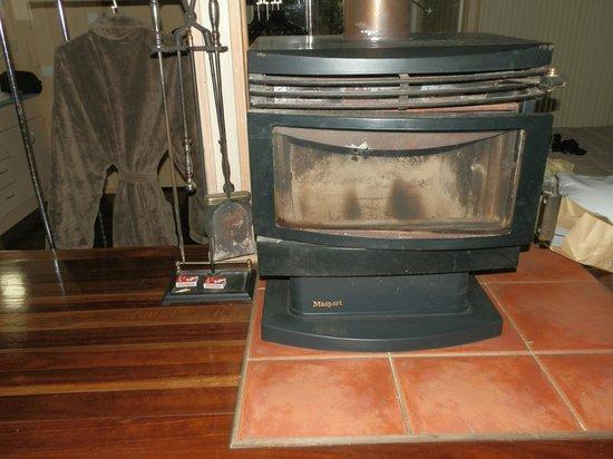 Kondalilla Eco Resort: Fireplace