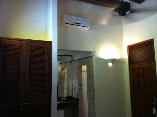 Hotel Monterrey: Ar Condicionado Split, Ventilador de Teto e Armário