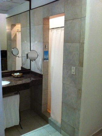 Hotel Monterrey: Espelho para Maquiagem e Box do Chuveiro