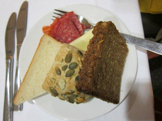 Comfort Hotel Lichtenberg: コンフォート ホテル リヒテンベルグ・・・夕食のパン・ハム・チーズ