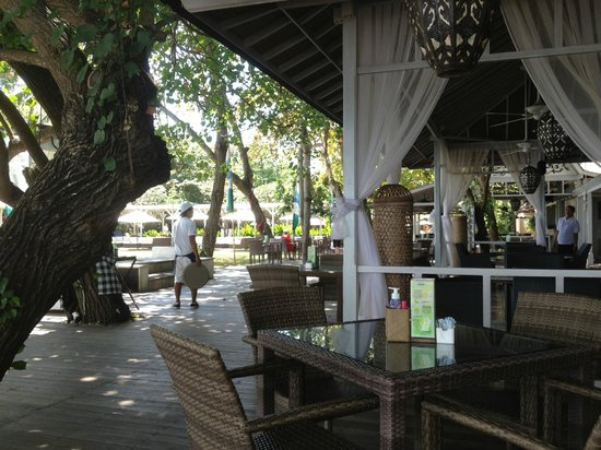 Bali Garden Beach Resort : restaraunt baordwalk