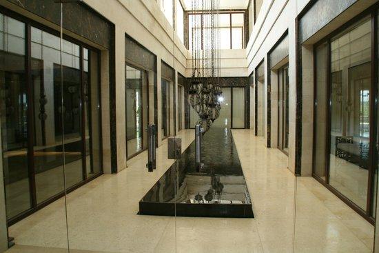 Hilton Luxor Resort & Spa: Couloir vers les piscines