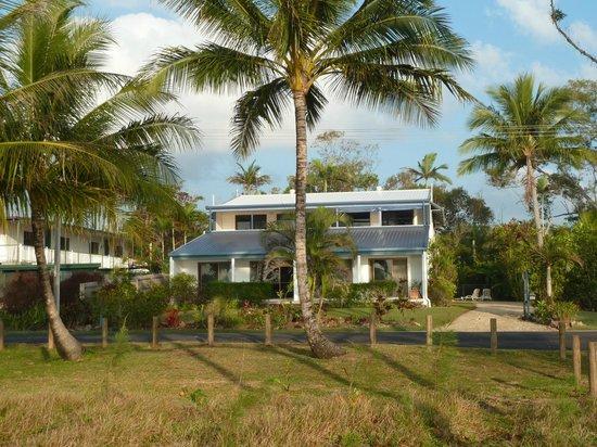 Apollo Jewel Beachfront Apartments: Across a quiet dead end street