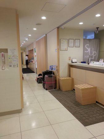 Super Hotel Asakusa: Hotel reception as you step out from the lift