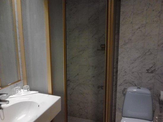 Hotel Oscar: bathroom