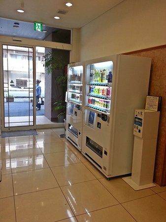 Toyoko Inn Fujisan Numazu Kitaguchi 2: vending machine at the back door of the hotel