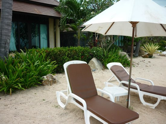 Nora Beach Resort and Spa : Private beach area with lounges