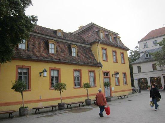 Deutsches Nationaltheater and Staatskapelle Weimar : 国民劇場・・・左手の道路