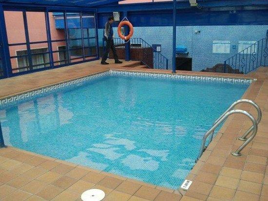 Salles Hotel Ciutat del Prat : Pool im 1. OG