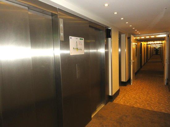 Novotel Zurich Airport Messe: エレベーターです。