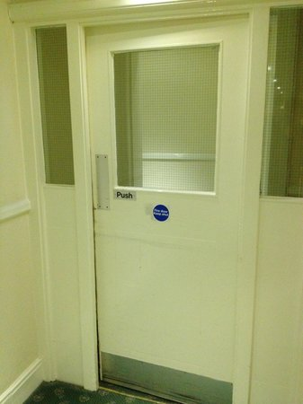 Quality Inn: Typical ill-closing fire door