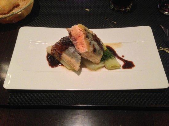 Victor Cafe : Plat : Croustillant de saumon au citron confit, étuvée de poireaux, sauce tapenade