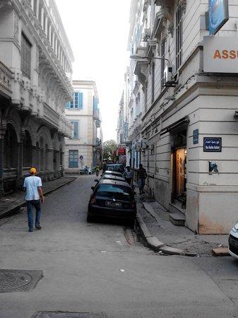 La Maison Doree : Rue menant à l'Hôtel