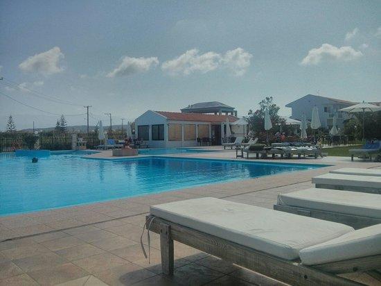 Chryssana Beach Hotel: W październiku 2013 przy basenie