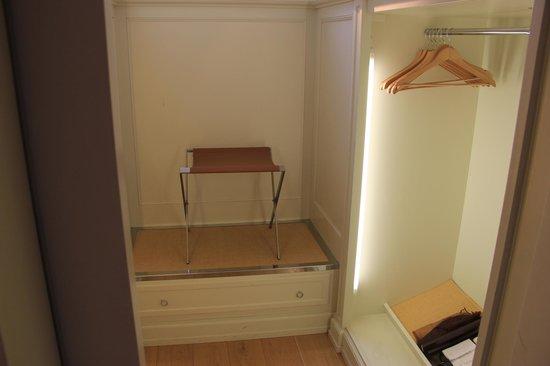 Palazzo Vecchietti Suites and Studios: Walk-in wardrobe
