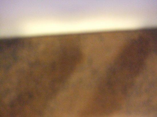 The Craiglynne Hotel: dust on top of headboard