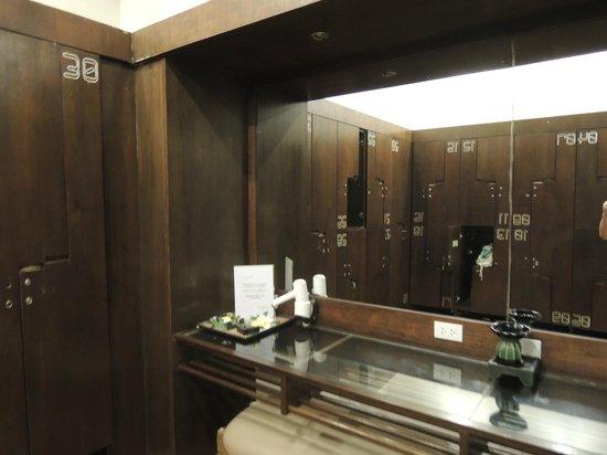 Cense Spa: Locker Room